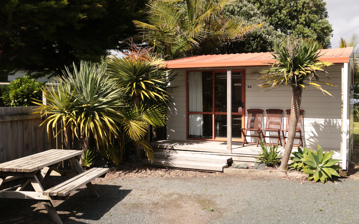 http://www.pakiriholidaypark.co.nz/wp-content/uploads/2016/12/KitchenCabin2.jpg